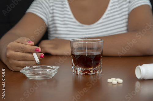 Valokuvatapetti La mujer está fumando cigarrillos y bebiendo alcohol