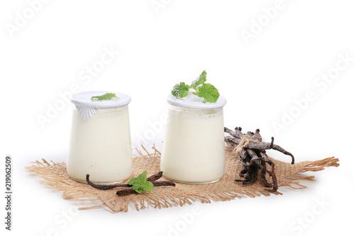 Staande foto Zuivelproducten yaourt sur fond blanc, pot en verre