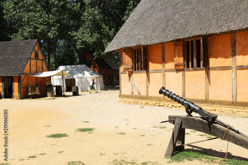 Photographie  Recreated interior of the James Fort at the historic Jamestown Settlement, Virgi