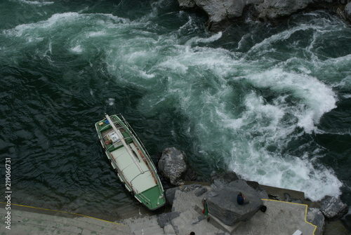 Valokuva  激流と観光船