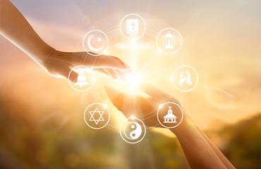 Koncepcja religii. Ludzkie ręce razem wybacza i błogosławi. Ikony modlą się i religii na tle niebo zachód słońca
