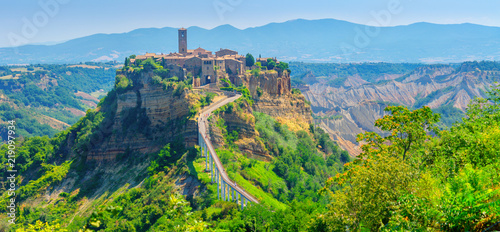 Photo Panorama of the beautiful medieval village of Civita di Bagnoregio, famous landmarks of Italy