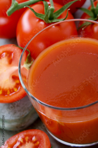 Cuadros en Lienzo  making fresh tomato juice