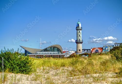 Hinter den Dünen Teepott und Leuchtturm, Warnemünde, Ostsee