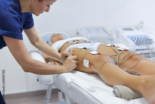Tuinposter Akt Treatment with electro stimulation