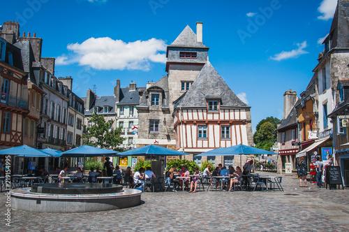 La pose en embrasure Lieu d Europe Place avec fontaine et terrasse dans le vieux centre-ville médiéval de quimper