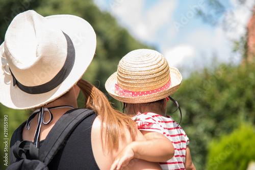Foto  麦わら帽子をかぶった親子の後ろ姿