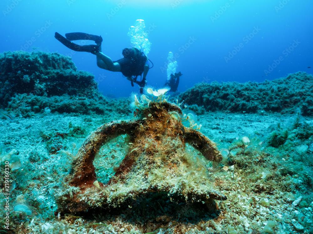 Fototapeta Scuba Tauchen in der Ägäis: Reste einer antiken, Griechischen Amphore vor einem Taucher