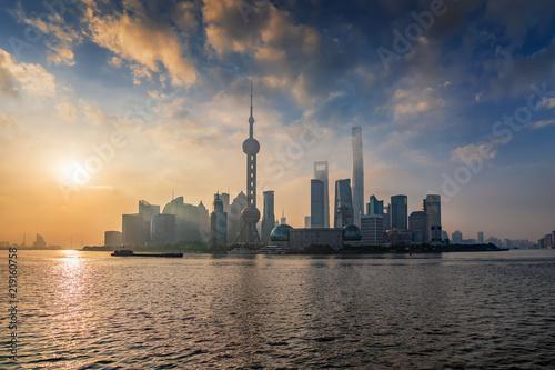 Blick auf das Zentrum von Shanghai mit den zahlreichen Wolkenkratzern und modernen Gebäuden bei Sonnenaufgang