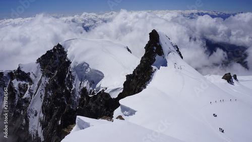 Fototapeta Widok na górskie szczyty Corno Nero i Piramide Vincent pokryte śniegiem i lodem w masywie Monte Rosa. obraz