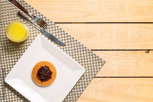 Fotografia Belgian waffle with blueberry and orange juice - breakfast