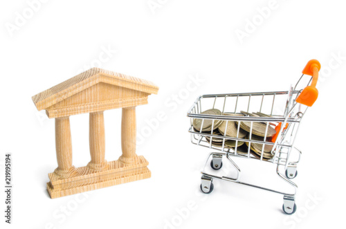 Fotografía  bank and the trolley with money