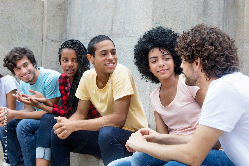 Fototapeta Gruppe internationaler Jugendlicher im Gespräch