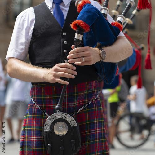 Billede på lærred Man playing bagpipe, scottish traditional pipe band