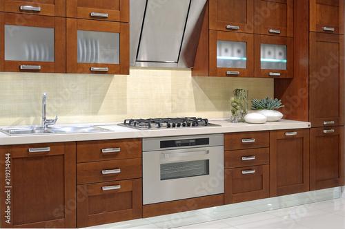 Cucina moderna con parete attrezzata – kaufen Sie dieses Foto und ...