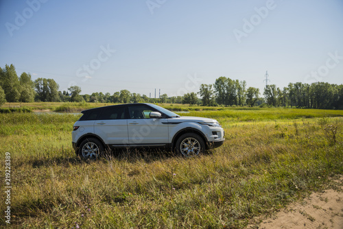 Photo  Car Land Rover Range Rover in summer Sunny weather in the summer landscape of the Samara region, Russia