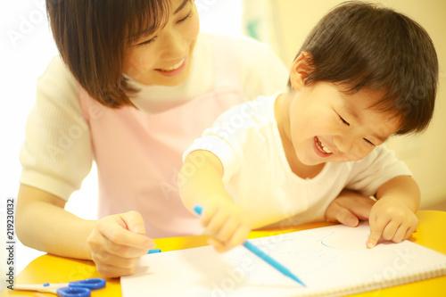 Fotografia  お絵かきする子供と保育士イメージ