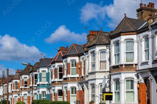 Fotografía  A row of typical British terraced houses in London with an estate agent sign