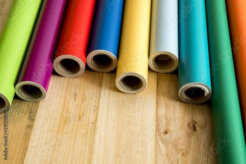 Fotografía  Vinilos de coloressobre fondo de madera con sus instrumentos necesarios