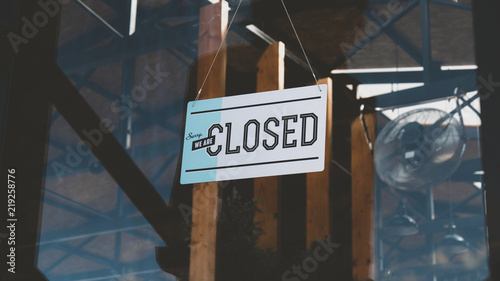 Foto CU closed sign hanging on the entrance door of a small cafe