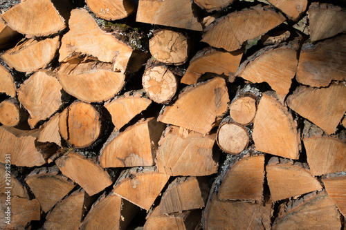 Foto op Aluminium Brandhout textuur Cut split stacked firewood for winter background close-up