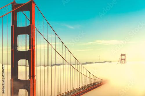 golden-gate-w-chmurach