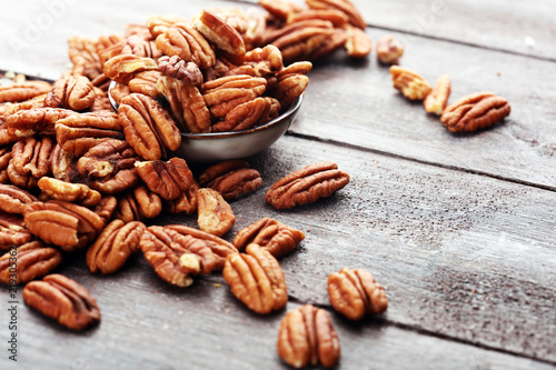 Cadres-photo bureau Graine, aromate Pecan nuts on a rustic wooden table and pecan nuts in bowl