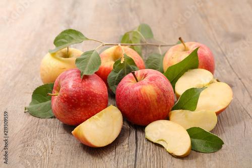 Fototapeta owoce jablka-na-drewnianym-stole