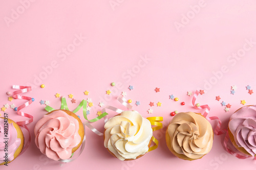 Photo  Flat lay composition with delicious birthday cupcakes and space for text on colo