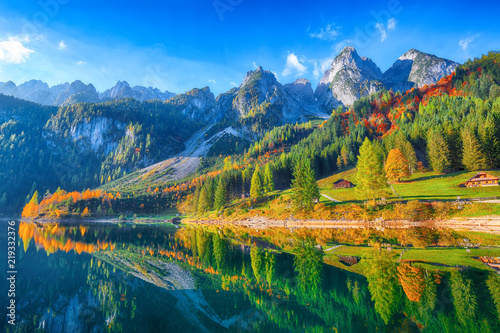 Deurstickers Bergen Beautiful view of idyllic colorful autumn scenery in Gosausee lake Austria