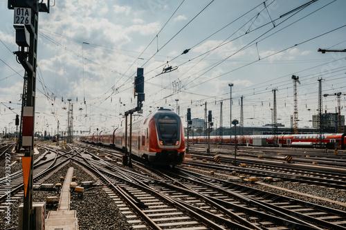 Obraz Zug fährt in den Frankfurter Bahnhof ein  - fototapety do salonu