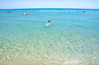 junge Frau schwimmt im Meer