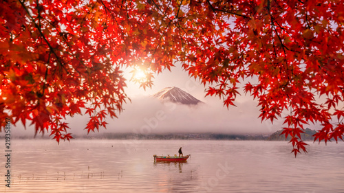 Photo sur Toile Japon Red autumn leaves, boat and Mountain Fuji