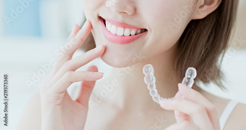 Obraz na plátně  woman take invisible braces