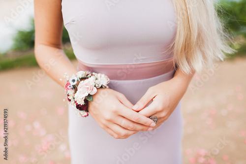 Tableau sur Toile Flower bracelet on woman hands