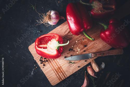 Poivron Rouge, Ail et Couteau de Cuisine. Préparation du Repas Fototapet
