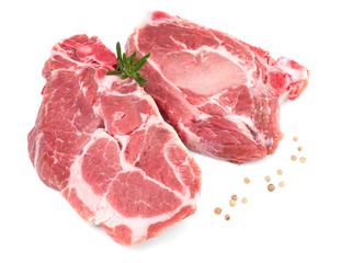 deux cotes de porc cru échine isolé sur fond blanc