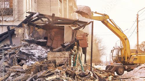 Fotografía  Demolition house using excavator in city