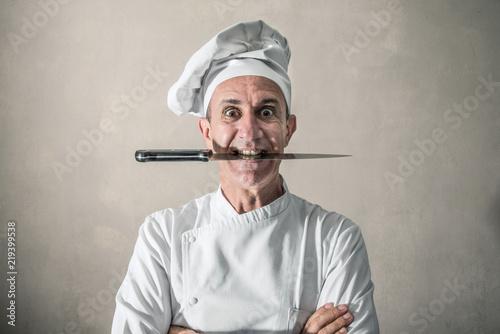 cuoco arrabbiato con il coltello tra i denti Canvas Print