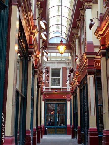 Obrazy architektura architektoniczna-uliczka-z-elementami-czerwieni