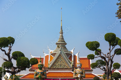Foto  Temple of dawn entrance in Bangkok, Thailand