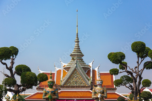 Spoed Foto op Canvas Bedehuis Temple of dawn entrance in Bangkok, Thailand