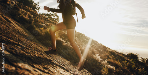 Canvastavla Woman running up a rocky mountain slope