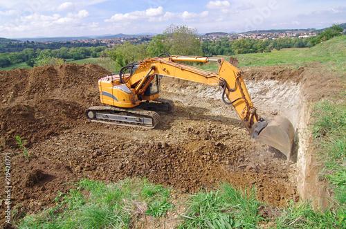 Fotografie, Obraz  Pelleteuse à godet et à chenille en action, terrassement en vue de la construction d'une maison