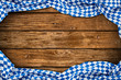 Rustikaler Oktoberfest holz hintergrund leer mit wiesn bayern bayrische fahne flagge / bavaria wooden wood background with bavarian flag empty copy space