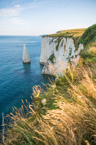 Photo  White Cliffs with Turquoise Atlantic Ocean on a Sunny Day.