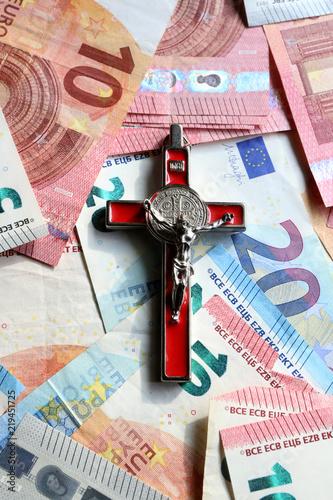 Crucifix sur des billets d'euros. / Crucifix on euro banknotes. Wallpaper Mural