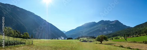Papiers peints Piscine Photo de paysage panoraminque de haute montagne et de chemins de randonnée dans les alpes