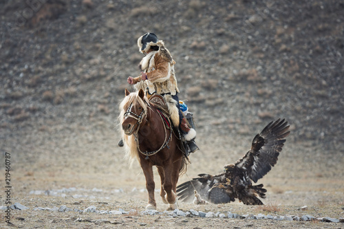 Poster Aigle Western Mongolia, Hunting With Golden Eagle. Young Mongolian Girl - Hunter On Horseback Participating In The Golden Eagle Festival. Ancient Form Of Hunting In The Territory Of Kazakhstan And Mongolia