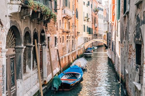Fotografía  View of the Venice Channel in the summer with boats.